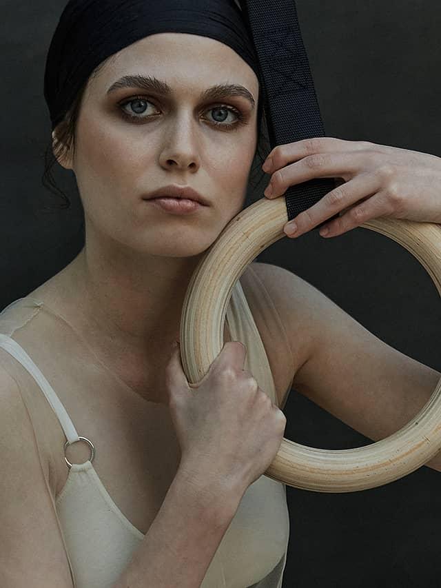 Bèla Adler editorial talk under light detalle Kati Lanhe
